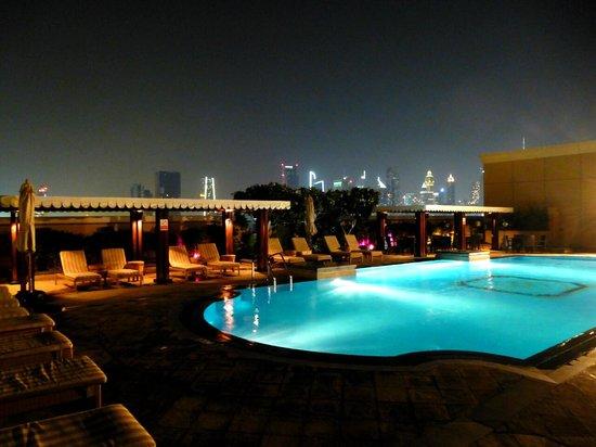 Ramada Jumeirah : Pool @ Night mit tollem Blick auf die Skyline