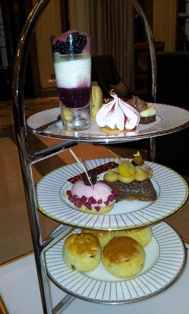 Corinthia Hotel London: Mmm, cakes!