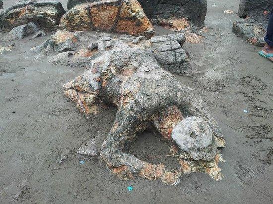 Air Manis Beach: Malin Kundang stone