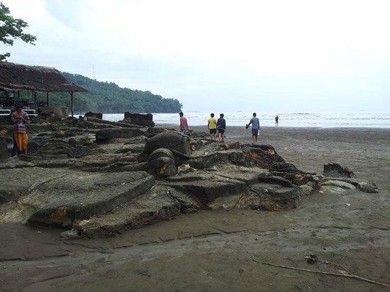 Air Manis Beach: Stone ship