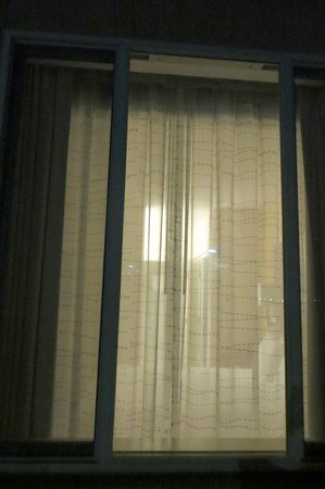 Residence Inn Dana Point San Juan Capistrano: Rm 101: View of bedroom w/ curtains drawn from outside