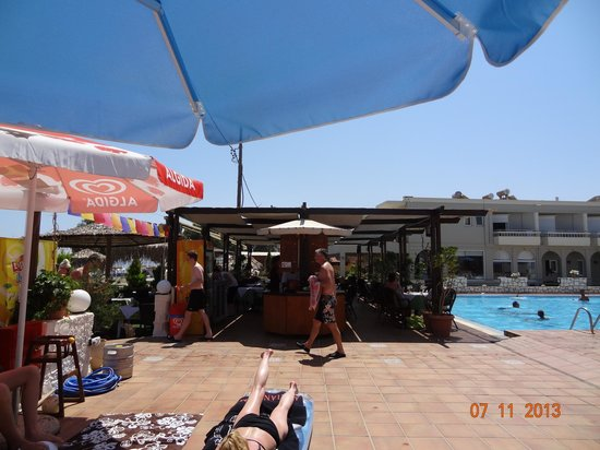 Hotel Erato : Bassengområde med poolbar/restaurant