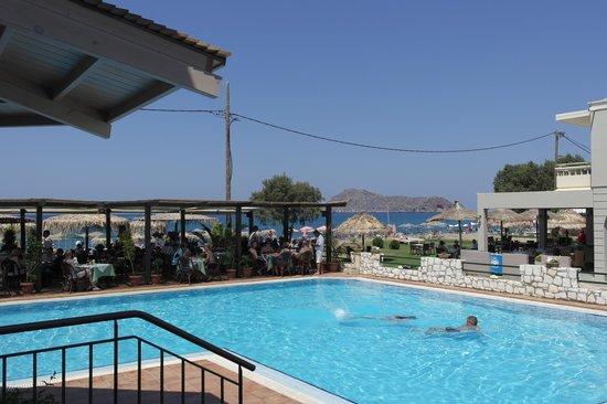 Hotel Erato : Basseng og poolbar