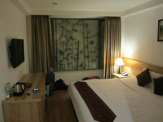 Hanoi Romance Hotel: Very comfy bed. Spacious enough to fit my bags, luggage, etc.