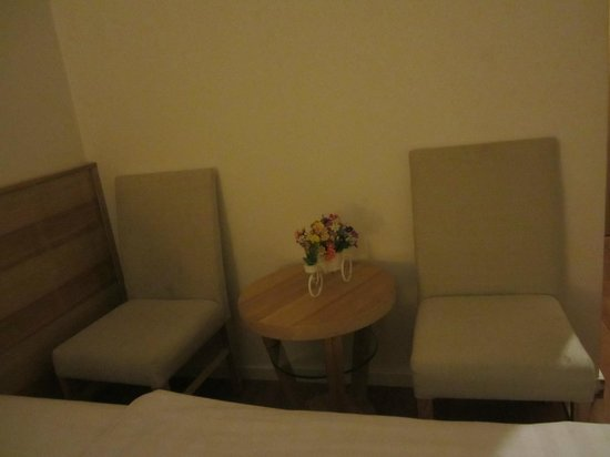 Hanoi Romance Hotel: Chairs by the wall, next to the bed.