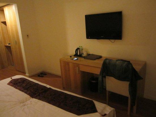 Hanoi Romance Hotel: Flat screen TV with international channels.