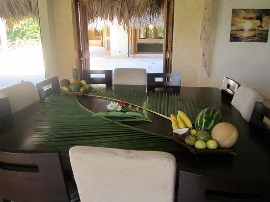 tavolo sel soggiorno con 12 sedie - Picture of Villa Cocoloba, Las ...