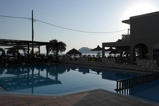 Hotel Erato: Bassengområde med utsikt utover havet