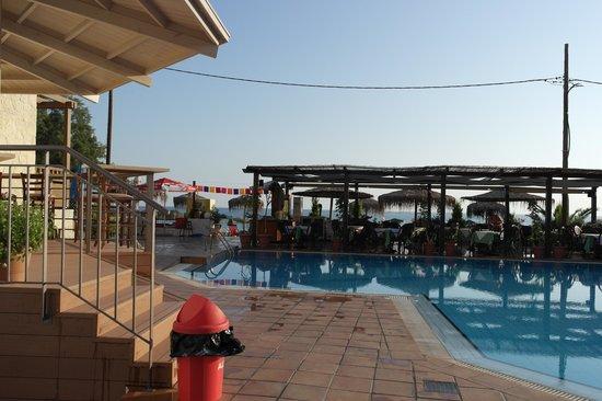 Hotel Erato: Basseng og poolbar