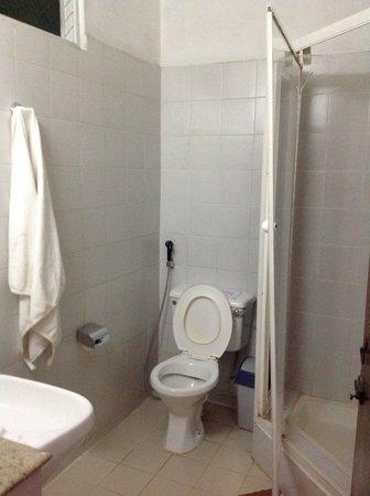 Hotel Hilltop : shower cubilce door hanging loose