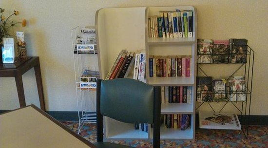 Comfort Suites Airport: dining room library