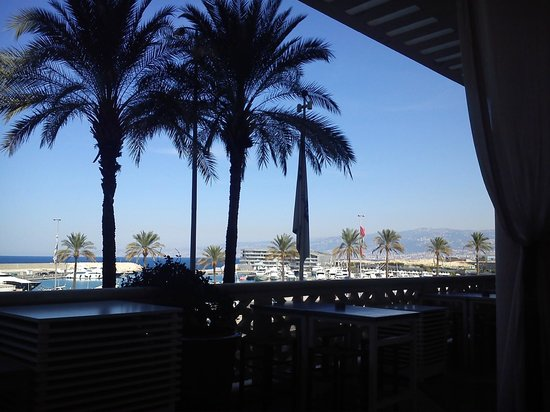 Phoenicia Hotel: view over the (new) marina from pool bar