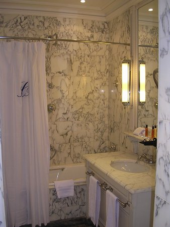 Hotel Luxembourg Parc: Gorgeous marble bathroom