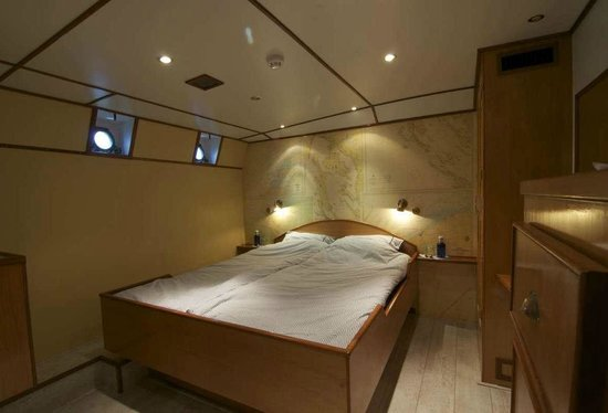 St. Katharine B&B Boat: Port double cabin with en-suite bathroom, flatscreen with dvd, airo, free Wi-Fi and small desk.