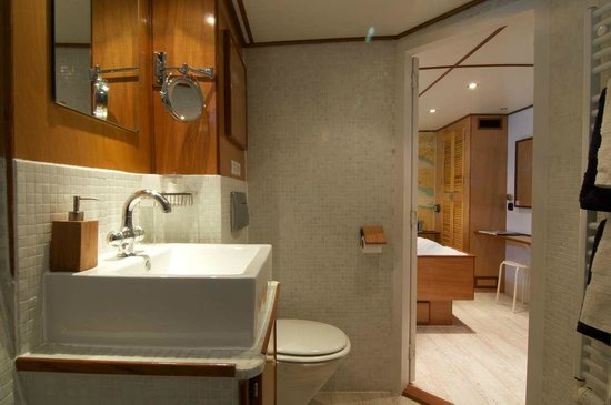 St. Katharine B&B Boat: En-suite bathroom with toilet, shower, hairdryer, make-up mirror and thick towels