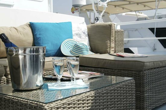 St. Katharine B&B Boat: Lounge area on front deck, excellent to relax and enjoy the wide views over the marina