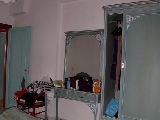 Martinica Hotel Club Residence: Lo specchio e l'armadio
