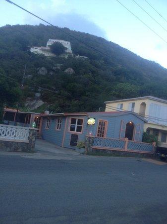 Emile's Restaurant & Suites: Restaurant from roadside