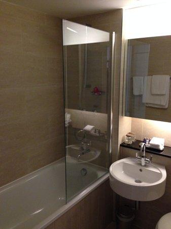 Apex Haymarket Hotel : The bathroom