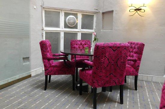 Hotel Skt. Annæ: Stoler og bord i spiseområde