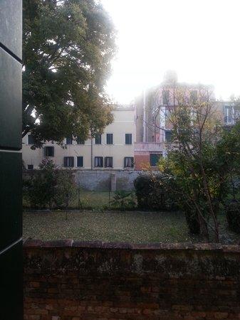 Locanda Ca' del Brocchi: Vue d'une des 2 fenêtres de la chambre