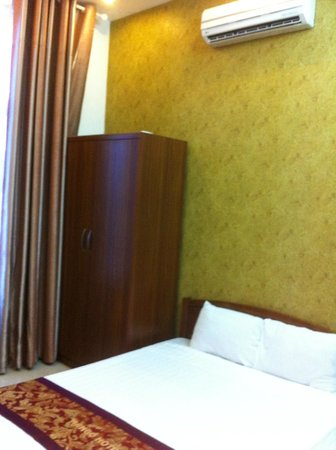 Mango Hotel: Bed & the cupboard (a piece of furniture I never use while travelling).