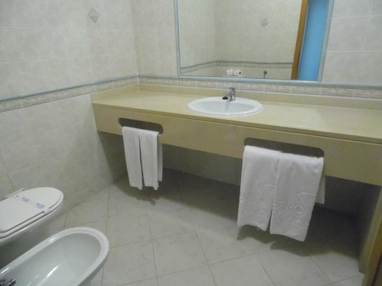 Cerro Mar Atlantico Touristic Apartments : Bathroom 1 Bed Apartment Atlantico 3(across 2 very minor roads, no big deal )