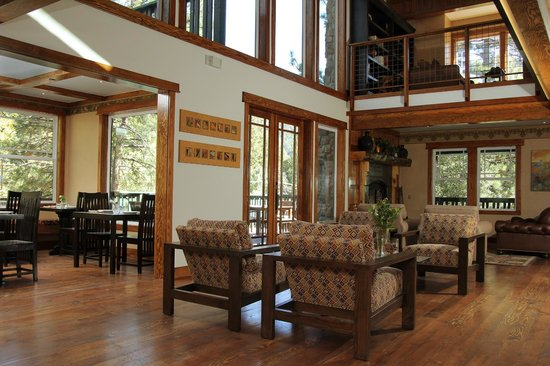 The Grand Idyllwild Lodge: A view of our dining area and common guest living room