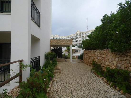 Cerro Mar Atlantico Touristic Apartments: Path between Atlantico 2 from 1 to get to main building