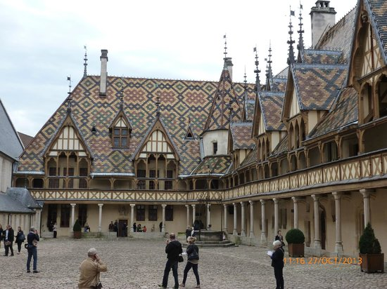 Tuiles verniss es picture of musee de l 39 hotel dieu for Tuile cote de beaune