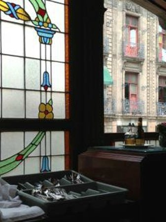 Restaurante El Cardenal: Details of the stained-glass windows