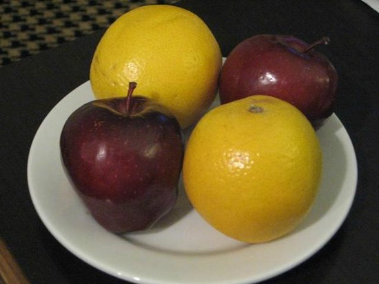 Embassy Suites by Hilton Detroit Metro Airport: Apples and Oranges