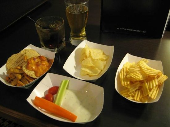 Embassy Suites by Hilton Detroit Metro Airport: Reception food and drinks (in room)