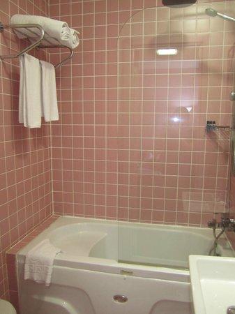 Adamar Hotel : pink bathroom - perfect for girly wkend