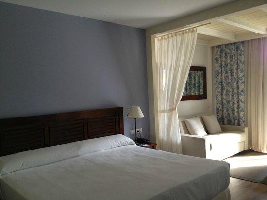 PortAventura Hotel Caribe : Chambre spacieuse coin salon
