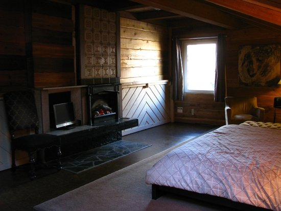 A Banff Boutique Inn - Pension Tannenhof: King Bed Room with electric fireplace