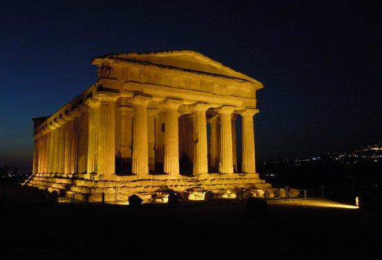 Hotel Costazzurra Museum & SPA: tempio della concordia by night