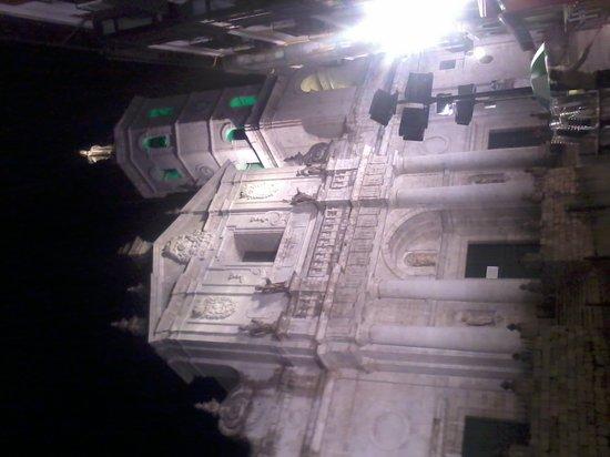 Catedral de Nuestra Senora de la Asuncion: fachada principal iluninada por la noche