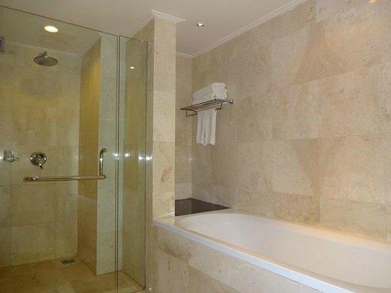 New Kuta Hotel : Club Suite - bathroom