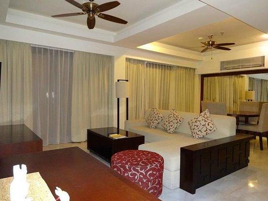 New Kuta Hotel : Club Suite - living & dining room