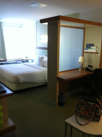 SpringHill Suites Ashburn Dulles North: Suite Arrangement with Privacy Desk