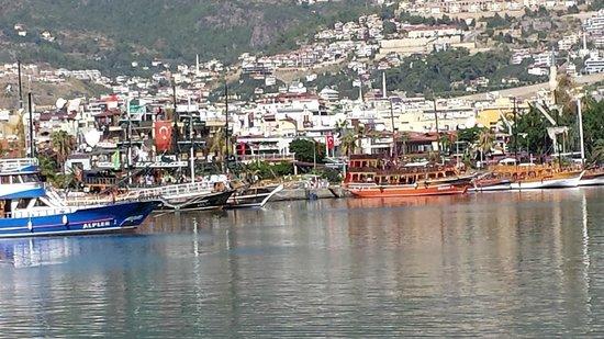 Merlot Food & Drink : Vue sur le port et la ville d'Alanya