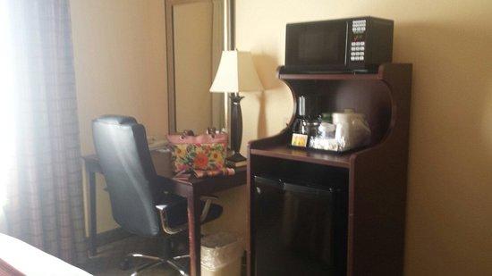 Holiday Inn Express Hotel & Suites Ashland: Kitchenette and desk