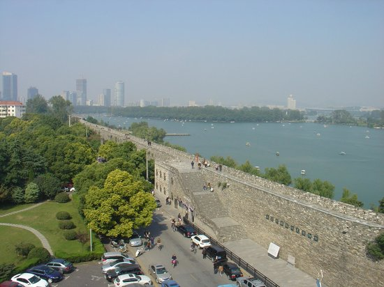 Crowne Plaza Nanjing Hotel & Suites: Ancien walls of Nanjing and view over the Xuanwu Lake