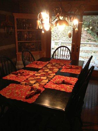 Cherokee Mountain Cabins: Dining Room