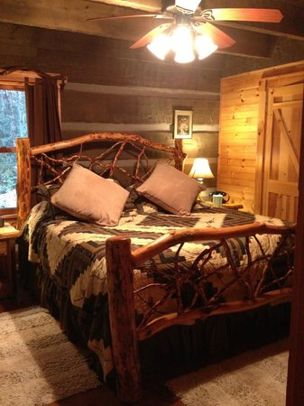 Cherokee Mountain Cabins: Master Bedroom downstairs