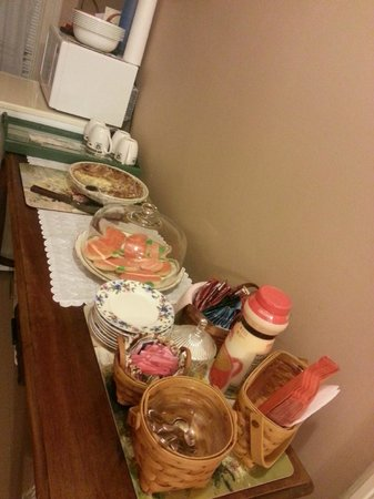 Garden Gate Bed and Breakfast: In the alley upstairs, Robin has prepared cookies and pies for us to enjoy!