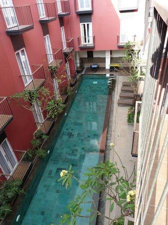 Amaris Hotel Legian: Innenhof und Pool