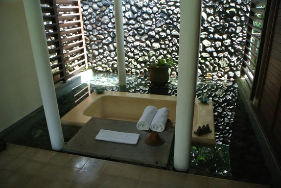 "Alila Ubud : The ""outdoor"" bathtub"