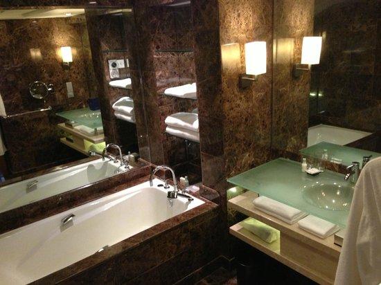 Grand Hyatt Singapore: Luxe bath